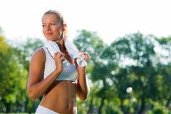 Aantrekkelijke vrouw met een witte handdoek stock afbeelding