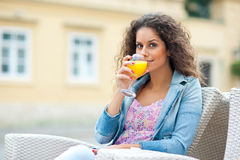 Aantrekkelijke vrouw met jus d'orange royalty-vrije stock afbeelding