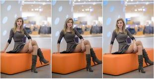 Aantrekkelijke vrouw met korte kleding en lange leerlaarzen die in wandelgalerij stellen Mooie modieuze jonge meisjeszitting op o Stock Foto's