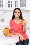 Aantrekkelijke vrouw met mand vruchten royalty-vrije stock foto's