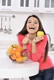 Aantrekkelijke vrouw met mand vruchten royalty-vrije stock afbeelding