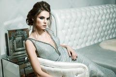 Aantrekkelijke vrouw met modieus kapsel en heldere make-up in evenin stock foto's
