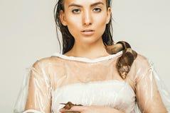 Aantrekkelijke vrouw met slakken op schouder Stock Afbeelding