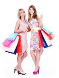 Aantrekkelijke vrouw met veelkleurige het winkelen zakken royalty-vrije stock afbeelding