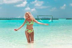 Aantrekkelijke Vrouw in modieuze bikini op tropisch strand Vrij het slanke meisje stellen op exotisch eiland in turkooise oceaan  stock foto