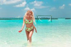 Aantrekkelijke Vrouw in modieuze bikini op tropisch strand Vrij het slanke meisje stellen op exotisch eiland in turkooise oceaan  stock foto's