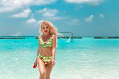 Aantrekkelijke Vrouw in modieuze bikini op tropisch strand Vrij het slanke meisje stellen op exotisch eiland in turkooise oceaan  royalty-vrije stock afbeelding