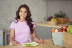 aantrekkelijke vrouw op keuken Het vegetarische Leven stock foto's