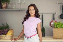 aantrekkelijke vrouw op keuken Het vegetarische Leven stock fotografie