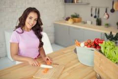 aantrekkelijke vrouw op keuken Het vegetarische Leven stock foto