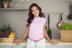 aantrekkelijke vrouw op keuken Het vegetarische Leven royalty-vrije stock fotografie