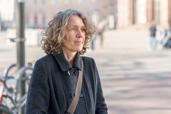 Aantrekkelijke vrouw op middelbare leeftijd in een stadsstraat royalty-vrije stock afbeelding
