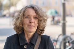 Aantrekkelijke vrouw op middelbare leeftijd in een stadsstraat stock fotografie