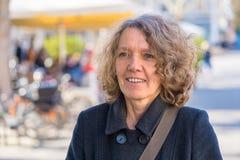Aantrekkelijke vrouw op middelbare leeftijd in een stadsstraat royalty-vrije stock foto