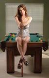Aantrekkelijke vrouw op poollijst Stock Afbeelding