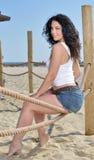 Aantrekkelijke vrouw op strand Stock Foto's