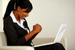 Aantrekkelijke vrouw op zwart kostuum met laptop Stock Afbeeldingen