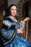 Aantrekkelijke vrouw in rode kleding in retro barok Stock Afbeeldingen