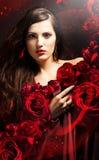 Aantrekkelijke vrouw in rood gordijn Royalty-vrije Stock Fotografie