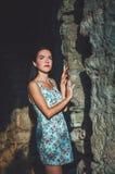 Aantrekkelijke vrouw in Stari-Bar oude vesting, Montenegro Donkerbruin wijfje met lang haar in kledingsgangen rond kasteel, Stock Foto's