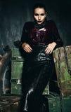 Aantrekkelijke vrouw in zwarte rok op houten dozen Stock Fotografie