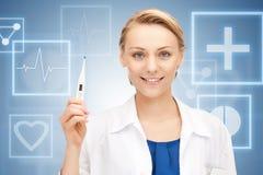 Aantrekkelijke vrouwelijke arts met thermometer Royalty-vrije Stock Foto's