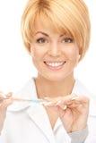 Aantrekkelijke vrouwelijke arts met thermometer Royalty-vrije Stock Afbeeldingen