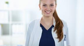Aantrekkelijke vrouwelijke arts voor medische groep stock afbeelding