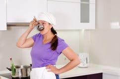 Aantrekkelijke vrouwelijke chef-kok die het recept bemonsteren Stock Foto's