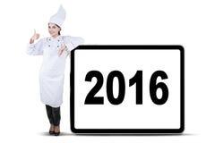 Aantrekkelijke Vrouwelijke Chef-kok Showing Thumb Up stock foto