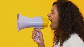 Aantrekkelijke vrouwelijke het schreeuwen megafoon, brekend nieuws, luidsprekersaankondiging stock footage
