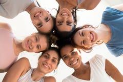 Aantrekkelijke vrouwelijke status in cirkel die camera vanaf bovenkant bekijken stock foto