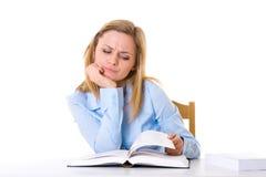 Aantrekkelijke vrouwelijke student in blauw overhemd gelezen boek Royalty-vrije Stock Afbeeldingen