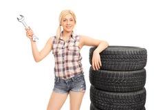 Aantrekkelijke vrouwelijke werktuigkundige die een reusachtige moersleutel houden Stock Foto