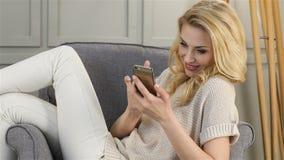 Aantrekkelijke vrouwelijke wijzerplaten sms stock videobeelden