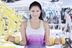 Aantrekkelijke vrouwen opheffende domoren bij gymnastiek Stock Foto