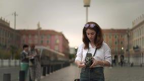Aantrekkelijke vrouwenfotograaf die schoten van Nice, Frankrijk met uitstekende camera maken stock footage