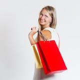 Aantrekkelijke vrouwenholding het winkelen zakken Stock Afbeelding