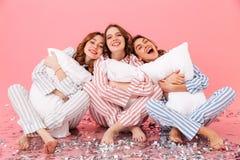 Aantrekkelijke vrouwenjaren '20 die de zitting van de vrije tijdskleding blootvoets dragen Royalty-vrije Stock Foto's