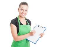 Aantrekkelijke werknemer die in supermarkt werken en klembord houden Stock Afbeelding