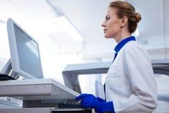Aantrekkelijke wetenschapper die medische geheimen te weten komen Royalty-vrije Stock Foto's