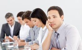 Aantrekkelijke zakenman bored bij een presentatie Stock Fotografie