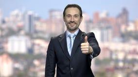 Aantrekkelijke zakenman die duim opgeven stock video