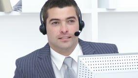 Aantrekkelijke zakenman die in een call centre werken stock videobeelden