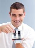 Aantrekkelijke zakenman die een folder raadpleegt stock foto's