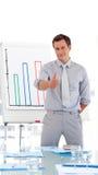 Aantrekkelijke zakenman die presentatie geeft Royalty-vrije Stock Afbeeldingen