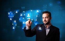 Aantrekkelijke zakenman die van sociale netwerkkaart kiezen royalty-vrije stock foto