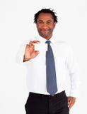 Aantrekkelijke zakenman die witte kaart toont Royalty-vrije Stock Foto's