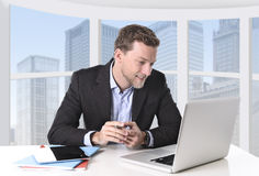 Aantrekkelijke zakenman gelukkig bij het werk glimlachen ontspannen bij computer commercieel districtskantoor Royalty-vrije Stock Fotografie