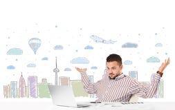 Aantrekkelijke zakenman met de achtergrond van de stadshemel -hemel-scape Royalty-vrije Stock Foto's
